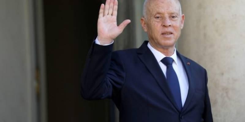 الرئيس التونسي يعلن توليه السلطة التنفيذية ويقيل الحكومة ويجمد البرلمان (فيديو)